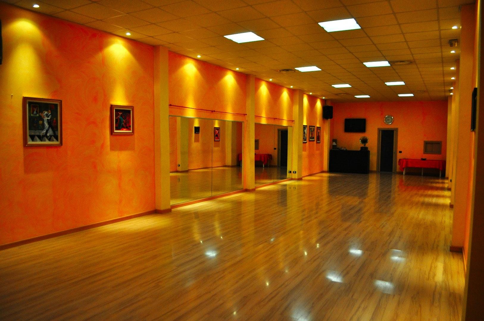 SHOW DANCE CLUB