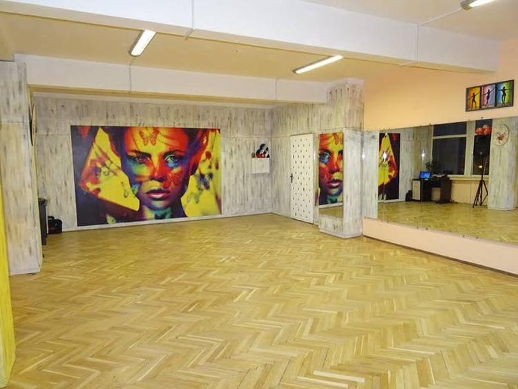 UN BESO dance center